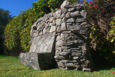 Steinbank im Garten
